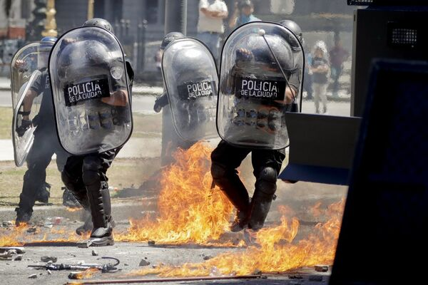 Jornadas de violentas protestas en Argentina ante la propuesta de reforma jubilatoria discutida en el Congreso Nacional, Buenos Aires - Sputnik Mundo