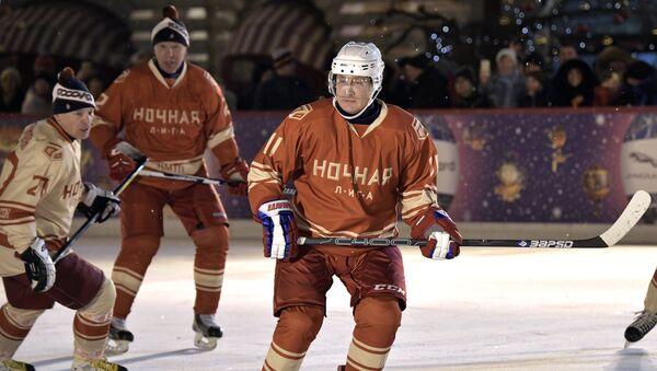 Vladímir Putin, presidente de Rusia, jugando en la Liga Nocturna de Hockey - Sputnik Mundo