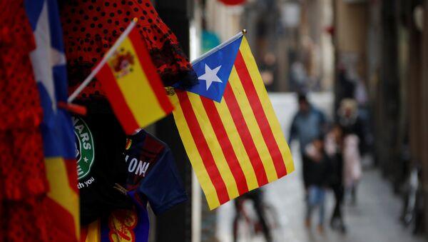 Banderas de Cataluña y España en Barcelona - Sputnik Mundo