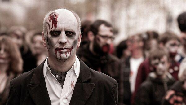 Un hombre disfrazado de zombi (imagen ilustrativa) - Sputnik Mundo
