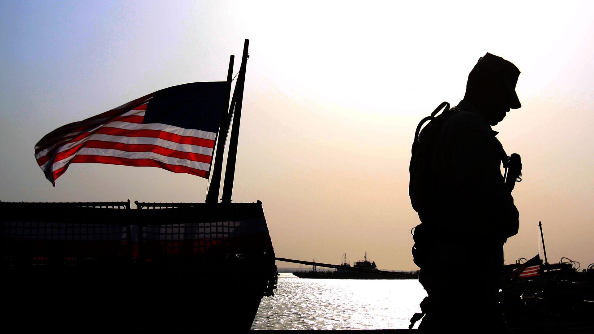 Un soldado de EEUU junto a la bandera estadounidense (archivo) - Sputnik Mundo, 1920, 02.02.2021