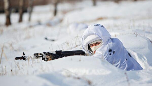 Soldado ruso en camuflaje invernal - Sputnik Mundo