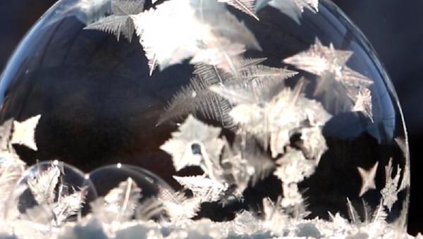 Las 'bolas de hielo' navideñas: ¡así se congela una burbuja de jabón! - Sputnik Mundo