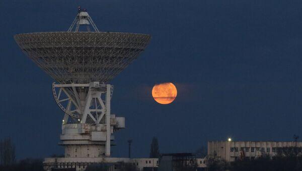 La superluna se levanta sobre el radiotelescopio RT-70 en Crimea, Rusia - Sputnik Mundo