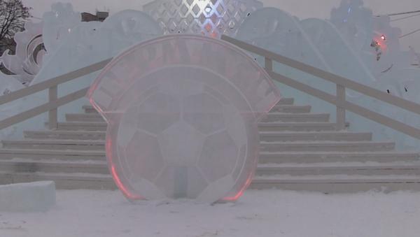 El mayor parque de hielo de Rusia rinde un homenaje al Mundial de 2018 - Sputnik Mundo