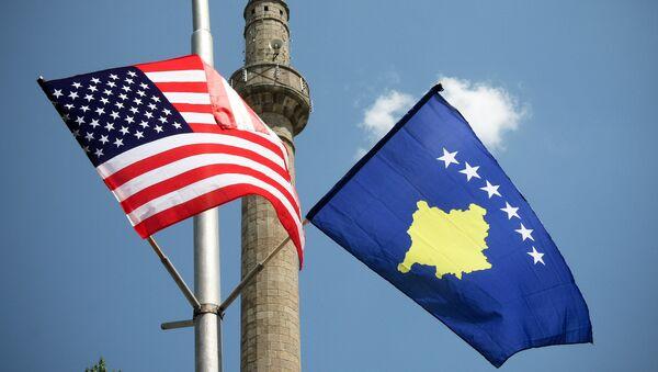 Banderas de EEUU y Kosovo - Sputnik Mundo