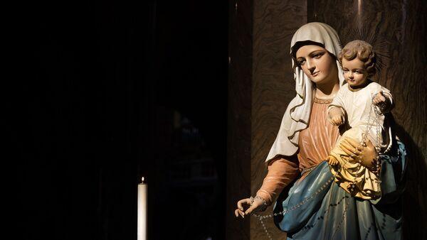 Una estatua de la Virgen María con Jesús - Sputnik Mundo