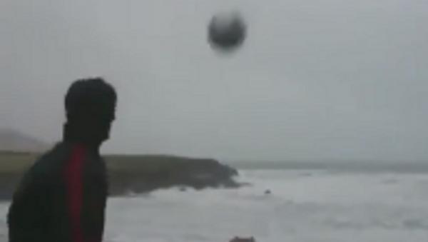 Un irlandés juega al fútbol… con la tormenta Eleanor - Sputnik Mundo