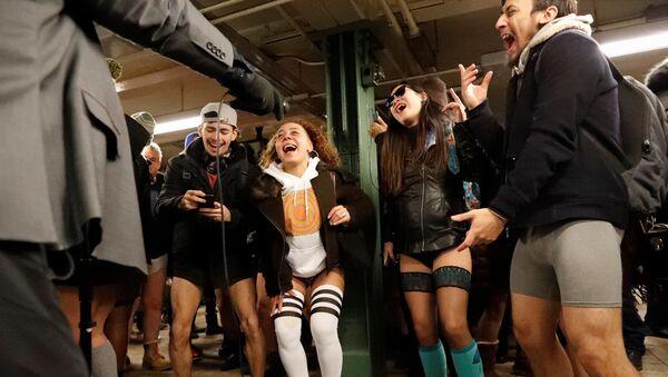 Sin faldas y a lo loco: así llenaron el metro cientos de personas en ropa interior - Sputnik Mundo
