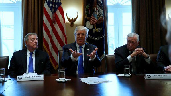 El presidente de EEUU, Donald Trump (centro), durante una de las reuniones sobre la reforma migratoria (archivo) - Sputnik Mundo