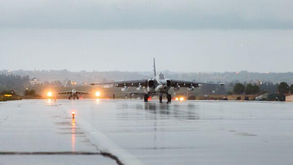 Los aviones Su-25 de las Fuerzas Aeroespaciales de Rusia en la base de Hmeymim en Siria - Sputnik Mundo
