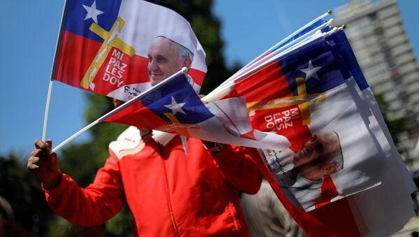Banderas de Chile con la imagen del Papa Francisco (archivo) - Sputnik Mundo