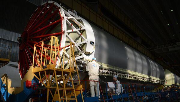 Montaje de un cohete Protón - Sputnik Mundo