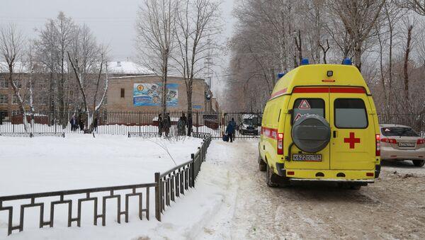 Una ambulancia cerca de la escuela en Perm, Rusia - Sputnik Mundo