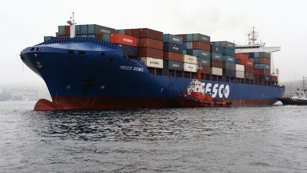 Carguero de contenedores del grupo logístioco ruso Fesco en Vladivostok - Sputnik Mundo