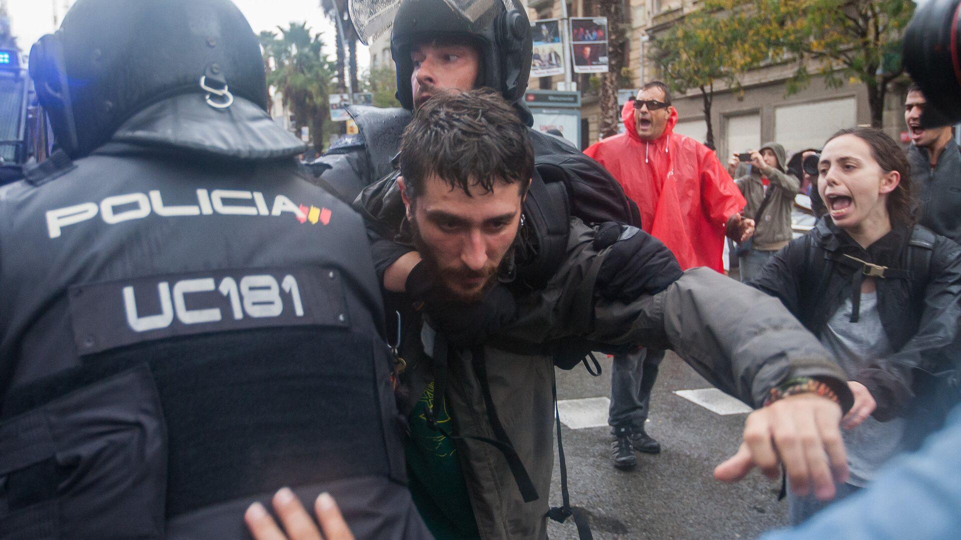 Choques entre la policía y los participantes del referendum en Cataluña - Sputnik Mundo, 1920, 01.10.2021