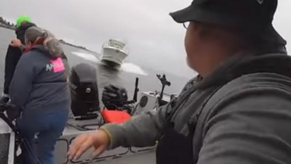 Pescadores logran saltar de un barco segundos antes de una colisión - Sputnik Mundo