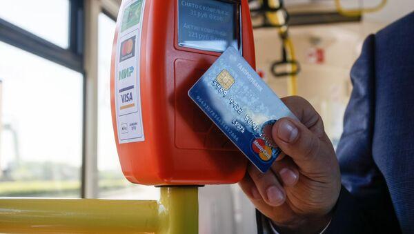 Pago por tarjeta en el autobús (imagen referencial) - Sputnik Mundo