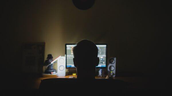 Una persona frente a una computadora - Sputnik Mundo