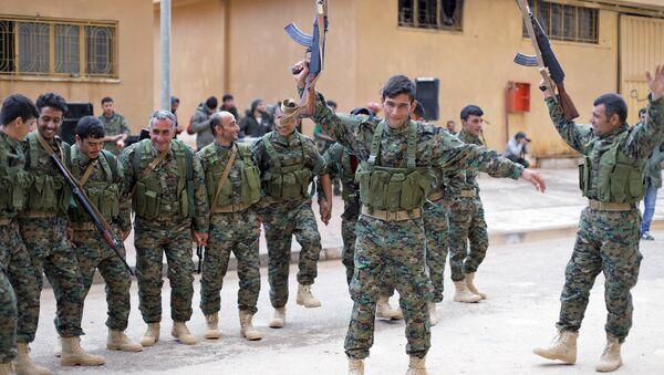 Tropas de las Unidades de Protección Popular (YPG) en la región de Afrín, Siria, 20 de enero de 2018 - Sputnik Mundo
