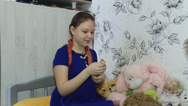 A esta niña rusa le encanta jugar con… serpientes - Sputnik Mundo