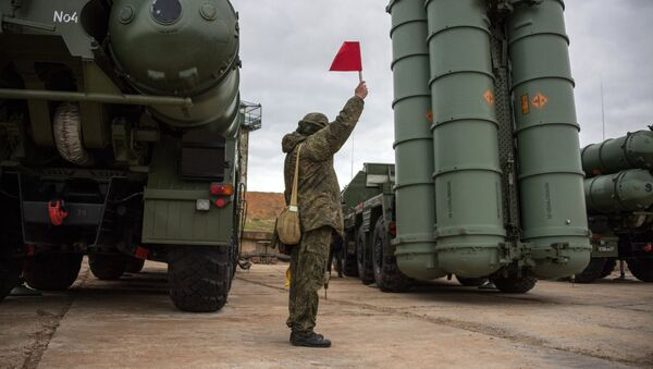 Un soldado ruso junto al sistema de defensa antiaérea ruso S-400 Triumf (imagen referencial) - Sputnik Mundo
