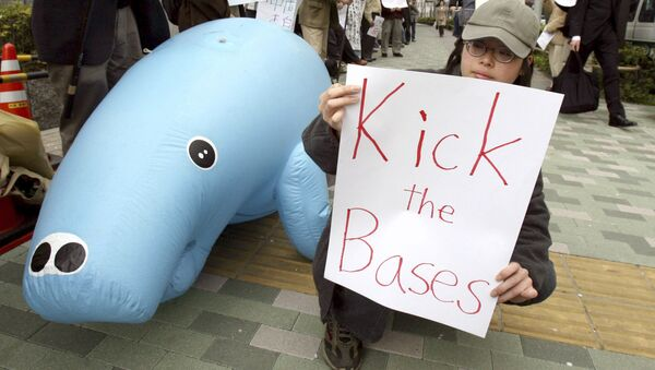 Un mitin contra la reubicación de la base militar de EEUU en Okinawa, a las afueras de la Agencia de Defensa de Japón en Tokio - Sputnik Mundo