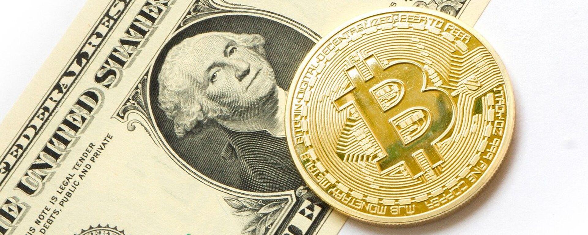 Bitcoin y dólar (imagen referencial) - Sputnik Mundo, 1920, 15.09.2021