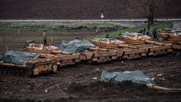 Los tanques Leopard turcos de producción alemana en la frontera entre Turquía y Siria - Sputnik Mundo