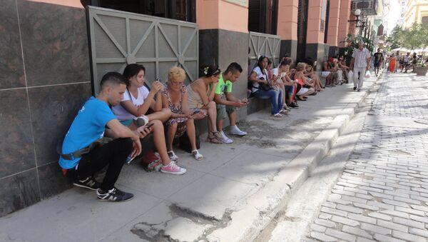 Personas usan internet en una zona de La Habana, Cuba, con wifi - Sputnik Mundo