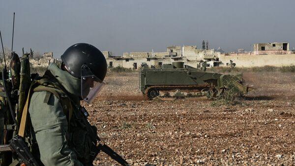 Un zapador ruso manejando un robot de desminado pesado Uran-6 en Siria - Sputnik Mundo