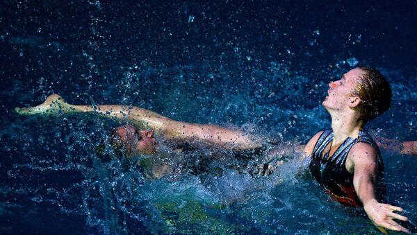 El único nadador sincronizado de Rusia muestra sus habilidades con su compañera - Sputnik Mundo