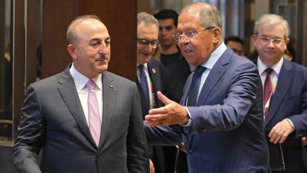 Canciller de Rusia, Serguéi Lavrov, con su homólogo turco Mevlut Cavusoglu (archivo) - Sputnik Mundo