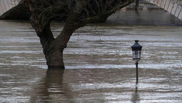 Fuertes lluvias inundan París - Sputnik Mundo