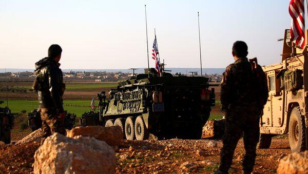 Una caravana de las fuerzas de EEUU cerca de la ciudad de Manbij en Siria (archivo) - Sputnik Mundo