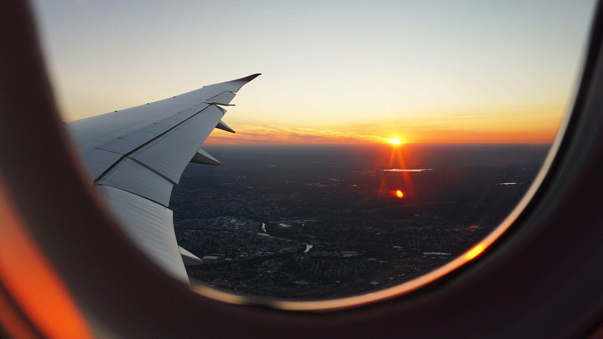 Puesta de sol vista desde un avión (imagen referencial) - Sputnik Mundo, 1920, 06.10.2021