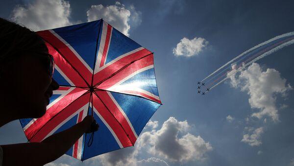 Un paraguas con la bandera del Reino Unido - Sputnik Mundo
