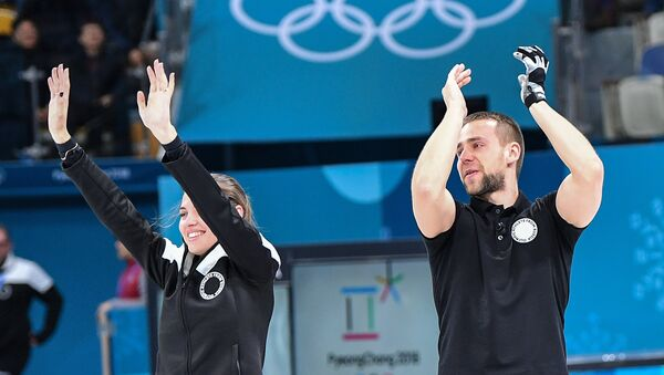 Anastasía Brizgálova y Alexandr Krushelitski logran el bronce en curling - Sputnik Mundo