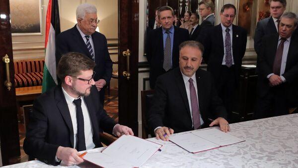 Director adjunto de Sputnik Serguéi Kochetkov, presidente de la Autoridad Nacional Palestina Mahmud Abás y director general y supervisor de los organismos oficiales de Palestina, el ministro Ahmad Assaf - Sputnik Mundo