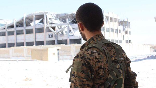 Un combatiente kurdo-sirio - Sputnik Mundo
