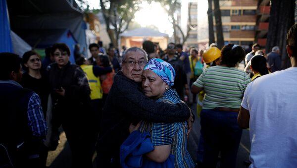 La gente sale a las calles tras el terremoto en México - Sputnik Mundo