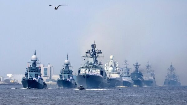 La fragata Almirante Gorshkov (centro) - Sputnik Mundo