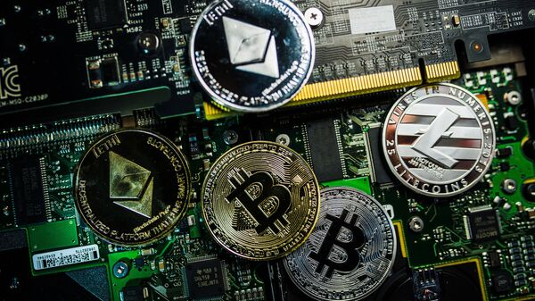 Souvenir coins with the cryptocurrency logos of Bitcoin, Litecoin and Ethereum - Sputnik Mundo