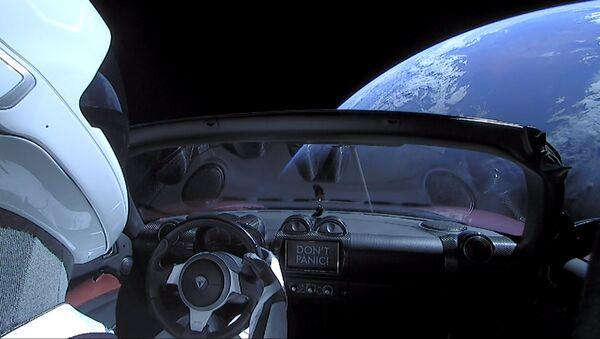 El Tesla Roadster de color cereza lanzado al espacio por el cohete Falcon Heavy de SpaceX el 9 de febrero de 2018 - Sputnik Mundo