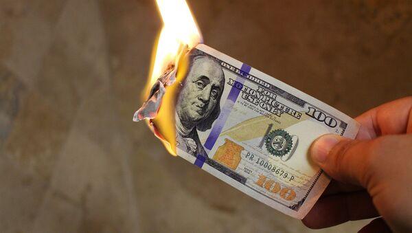 Billete de dólar estadounidense en llamas - Sputnik Mundo