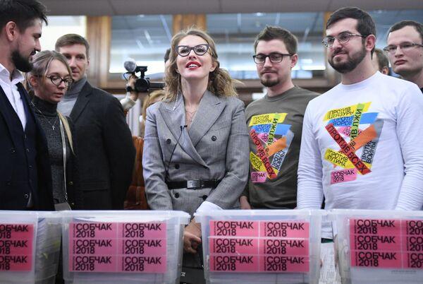 La candidata presidencial por el partido Iniciativa Civil, Ksenia Sobchak, y sus partidarios durante la entrega de las firmas en apoyo a la inscripción de Sobchak como candidata presidencial ante la autoridad electoral rusa - Sputnik Mundo
