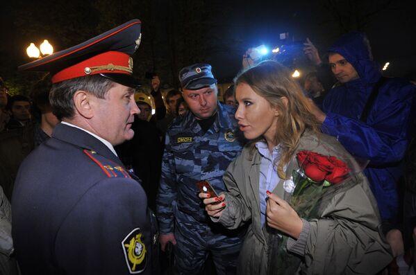 La presentadora de televisión Ksenia Sobchak habla con un policía durante una manifestación de la oposición en la plaza Kudrinskaya de Moscú - Sputnik Mundo