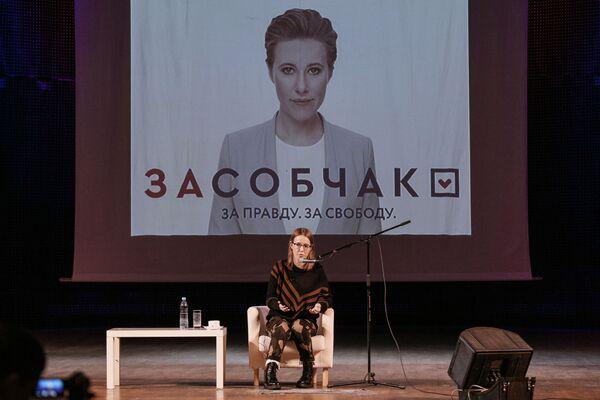 Ksenia Sobchak, presentadora de televisión y candidata presidencial por el partido Iniciativa Civil, durante un encuentro con los habitantes de la ciudad de Múrmansk - Sputnik Mundo