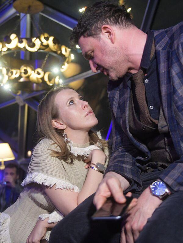 La presentadora de televisión Ksenia Sobchak y su esposo, el actor Maxim Vitorgán, durante la presentación del nuevo modelo de 'smartphone' Samsung Galaxy S8 en el hotel Ritz Carlton de Moscú - Sputnik Mundo