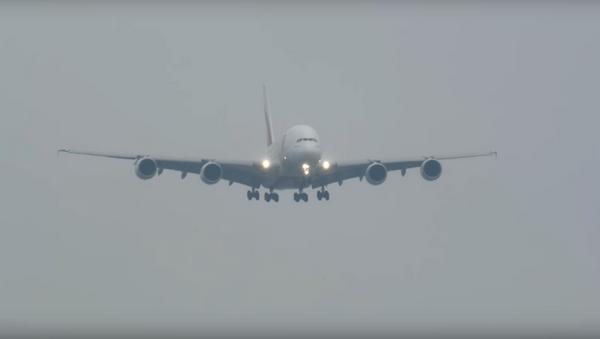 Aterriza el avión más grande del mundo en medio de una tormenta - Sputnik Mundo
